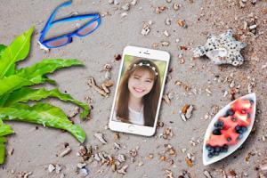 Chia sẻ psd mockup iphone 6 plus trên bãi biển đẹp